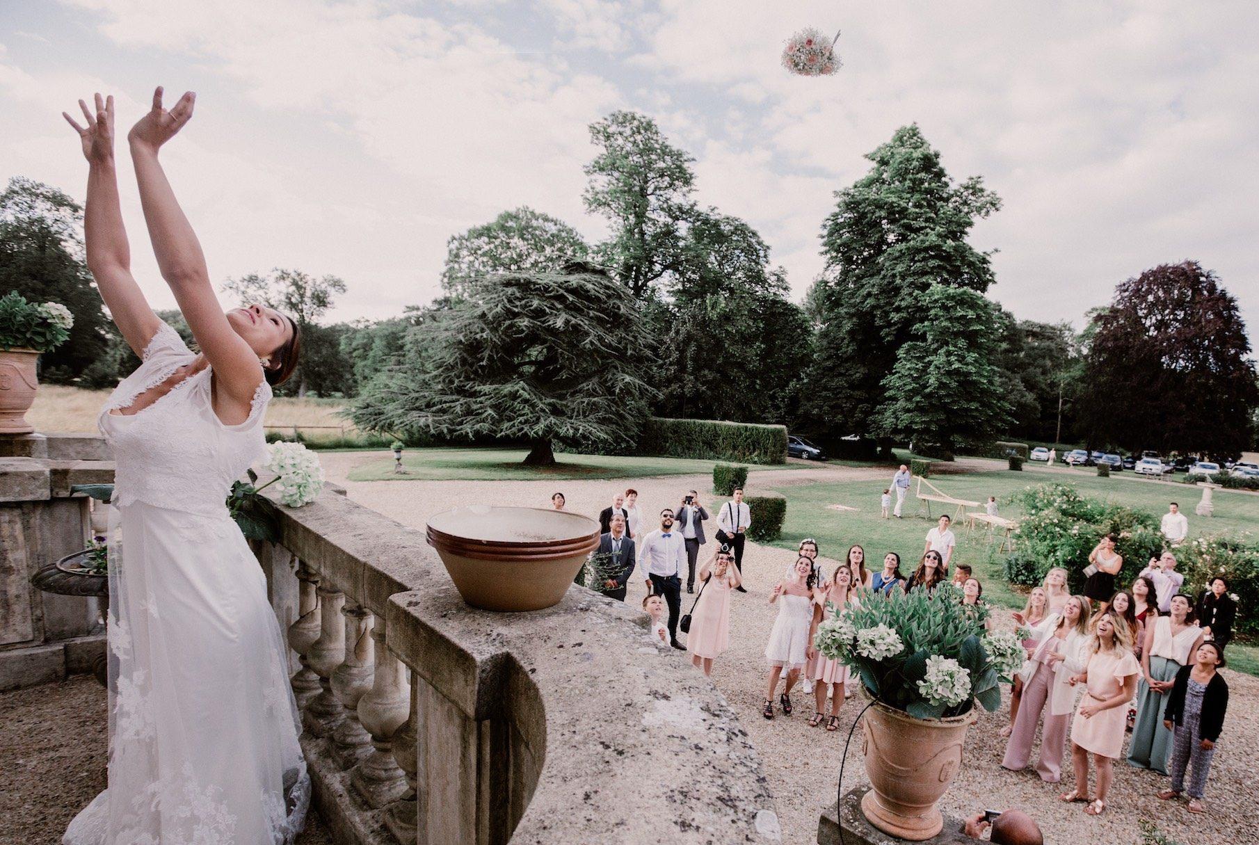 bride-throwing-bocquet